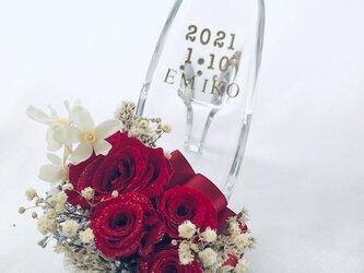 プリザーブドフラワーガラスの靴アレンジ・真紅の薔薇とリボンのプレゼント・フラワーケースリボンラッピング付きの画像