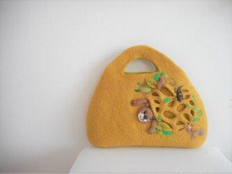 巣穴からクマが出てくる半立体的なバッグの画像