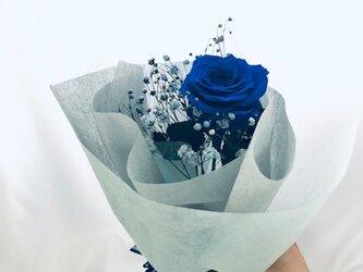 【プリザーブドフラワー/青い薔薇とブルーカスミ草の祝福一輪ラッピング付き】の画像