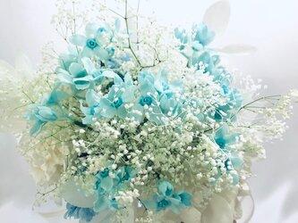 プリザーブドフラワー ブルースターとかすみ草の花束(クラッチブーケ)の画像