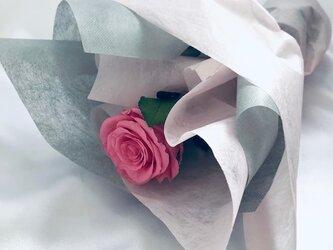 【プリザーブドフラワー/ピンクの薔薇のふんわり一輪ラッピング】の画像