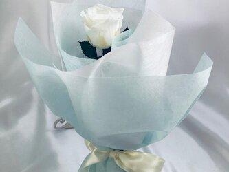【プリザーブドフラワー/白薔薇のふんわり一輪ラッピング】の画像