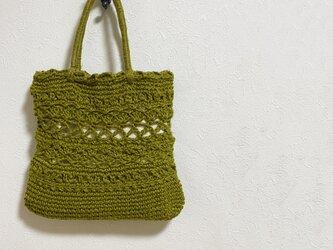 オリーブグリーン色の模様編み麻かばんの画像