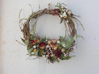 雪柳と春の花のリースの画像