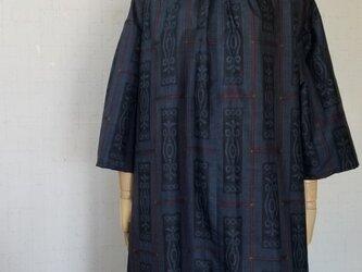 大島紬 襟ぐりギャザー袖タックワンピースの画像