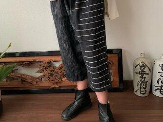 ヒップビックポケット手織り綿サルエルパンツ 黒グレイ絣の画像