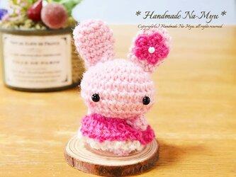 【受注制作】あみぐるみ:イチゴ抱っこ♡わふわふワンピのウサギちゃん/桜・お飾り<約5cm>の画像