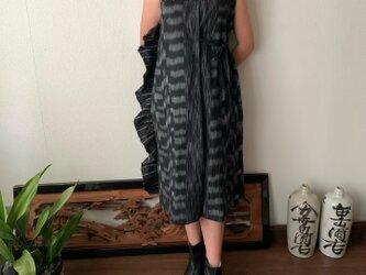 サイドフリルとサイドリボンとハイウエストの贅沢手織り綿ワンピース 黒無地の画像