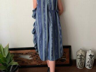2021年「越天楽」春夏新作作品 サイドフリルとサイドリボンとハイウエストの贅沢手織り綿ワンピース 青絣の画像
