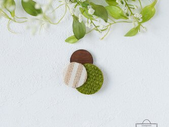 どんなお洋服にも似合う!シンプルフォルム 麻&ざっくり麻&木のブローチ〈 Dots 〉抹茶の画像