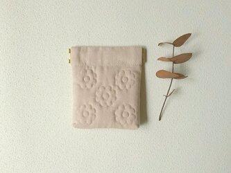 花キルトのミニバネポーチ(ピンクベージュ)の画像