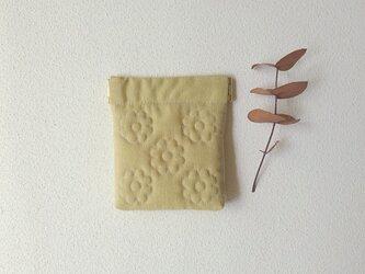 花キルトのミニバネポーチ(イエローベージュ)の画像