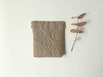 花キルトのミニバネポーチ(グレーベージュ)の画像
