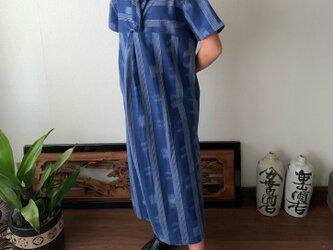 後ろカシュクールが前後で表情を変えるハイウエスト生地切り替え手織り綿ワンピース 青絣の画像