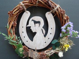 馬とライダーと蹄鉄のリース 1点もの~対州馬ひん太が食べていたオーツとクローバー使用の画像