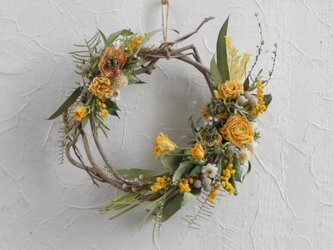 Yellow floral natural wreathの画像