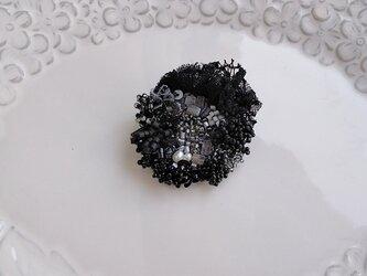 #58  刺繍ブローチ 花束 黒の画像