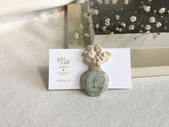 お花と花瓶のブローチの画像