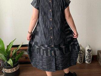 裾切り替えバルーンと裾フリルが前と後ろで表情を変える前開き手織り綿ワンピース 黒グレイ絣の画像