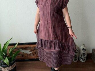 裾切り替えバルーンと裾フリルが前と後ろで表情を変える前開き手織り綿ワンピース あずき絣の画像