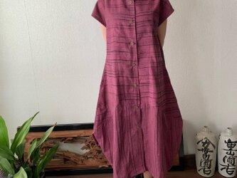 裾切り替えバルーンと裾フリルが前と後ろで表情を変える前開き手織り綿ワンピース 赤紫絣の画像