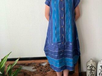 裾切り替えバルーンと裾フリルが前と後ろで表情を変える前開き手織り綿ワンピース 青絣の画像