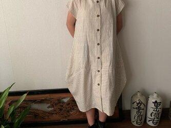 裾切り替えバルーンと裾フリルが前と後ろで表情を変える前開き手織り綿ワンピース 白縞絣の画像