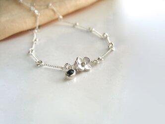 Necklace・小さな花に小さな緑の石を添えての画像