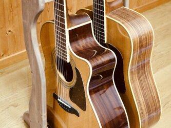 【24時間以内に発送】手作り木工 木製ギタースタンド (ウォールナット) 2本掛けの画像