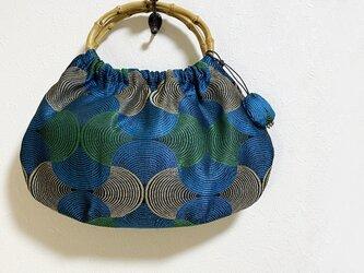 竹の持ち手のシンメトリー幾何学模様のかばんの画像