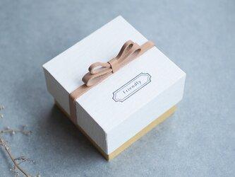 Friendly 生成り) 55x55mm 蝶リボン 気持ちを伝える 本革付 ジュエリー ボックス 貼箱  内貼りの画像