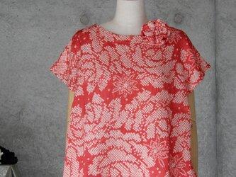着物リメイク 絞りブラウス/M~L/フレンチ袖/ブローチ付き/赤系の画像