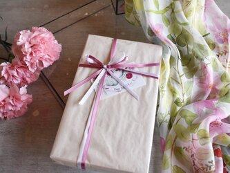 【母の日限定】シルクスカーフ「クレマチスのある庭」ギフトボックス&送料セットの画像
