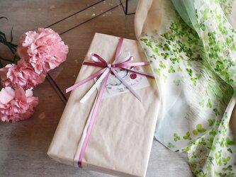 【母の日限定】シルクスカーフ「シロツメクサ」ギフトボックス&送料セットの画像