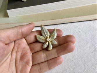 葉っぱのようなブローチ / 新緑の画像