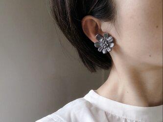 墨色のお花のイヤリングの画像