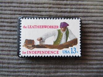 アメリカ 革職人切手ブローチ 7354の画像