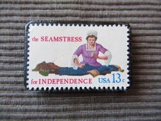 アメリカ 洋裁職人切手ブローチ 7357の画像