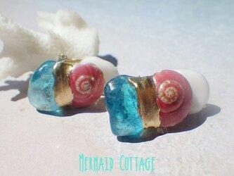 Azzurra サーモンピンクのうず巻きシェルと青の洞窟の金継ぎイヤリング☆蝶バネの画像