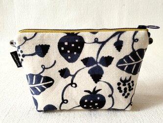 型染め マチありサコッシュポーチ「苺の庭」の画像