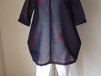 地色のブルーに赤い花が浮き出る紗の着物からのバルーンチュニック 絹の画像