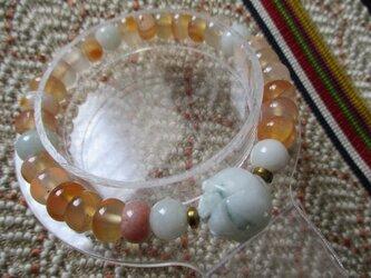 A貨ミャンマー翡翠ハスの彫り珠と太鼓珠瑪瑙のブレスレットの画像