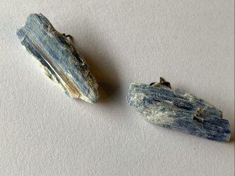 カイヤナイトのチタンピアスの画像