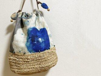 ボタニカル柄とラフィア糸編みのバケツ型かばんの画像