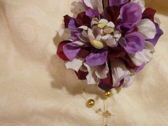 パープル×ゴールドガーランドのお花コサージュの画像