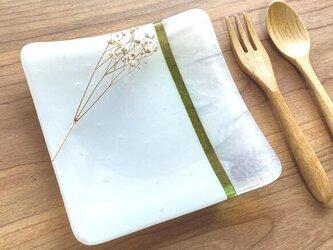 白色とマーブルと若草色のガラス皿 ガラス工芸 小皿 プレート お皿 皿 ギフト 食器 器の画像