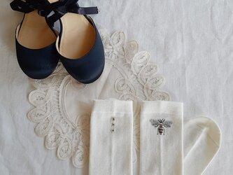 【S-Mサイズ 刺繍ソックス】white Bee × Jasmineの画像