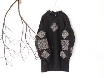 ソロチカ刺繍のリネンブラウス -black-の画像