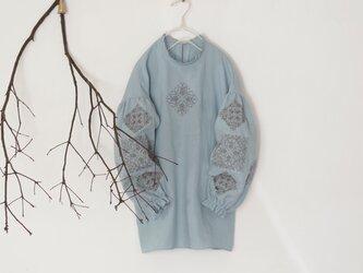 ソロチカ刺繍のリネンブラウス -light blue-の画像