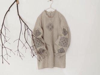 ソロチカ刺繍のリネンブラウス -beige-の画像